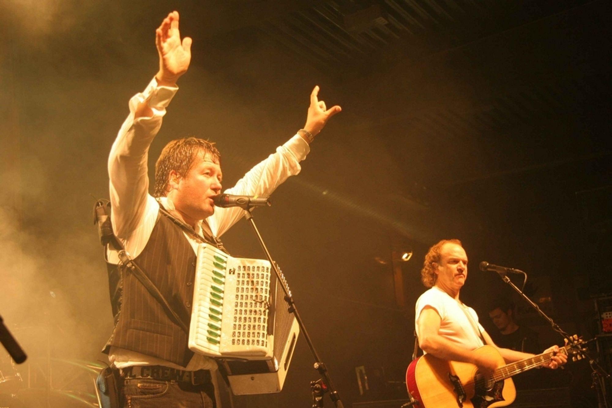 Bjarne Brøndbo, trekkspill/sang og Frode Viken, gitarist i DDE.