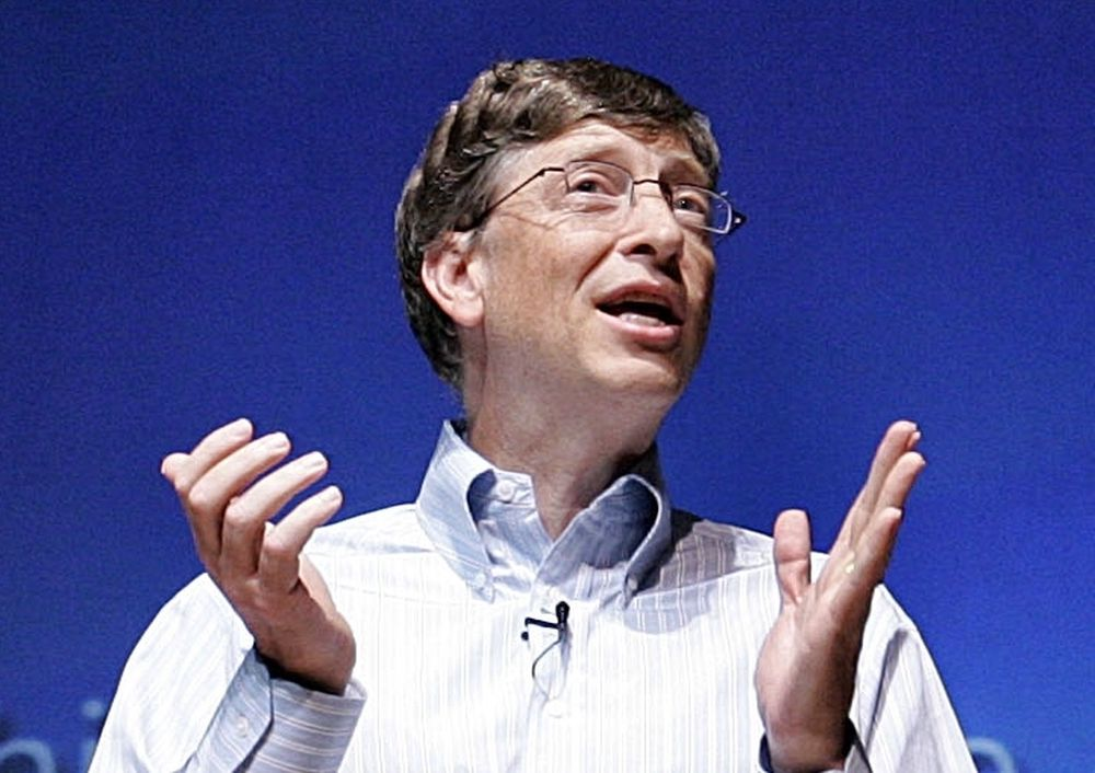 GIR BORT: Bill Gates leker gavmild julenisse overfor studenter i midten av februar.