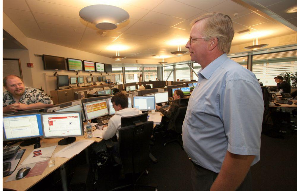 OVREVÅKER DRIFTSBRUDDET: Administrerende direktør Stig Herbern fotografert i august inne på driftssentralen til BaneTele. Det er her de nå overvåker hva som skjer med bryddet og feilrettinger.