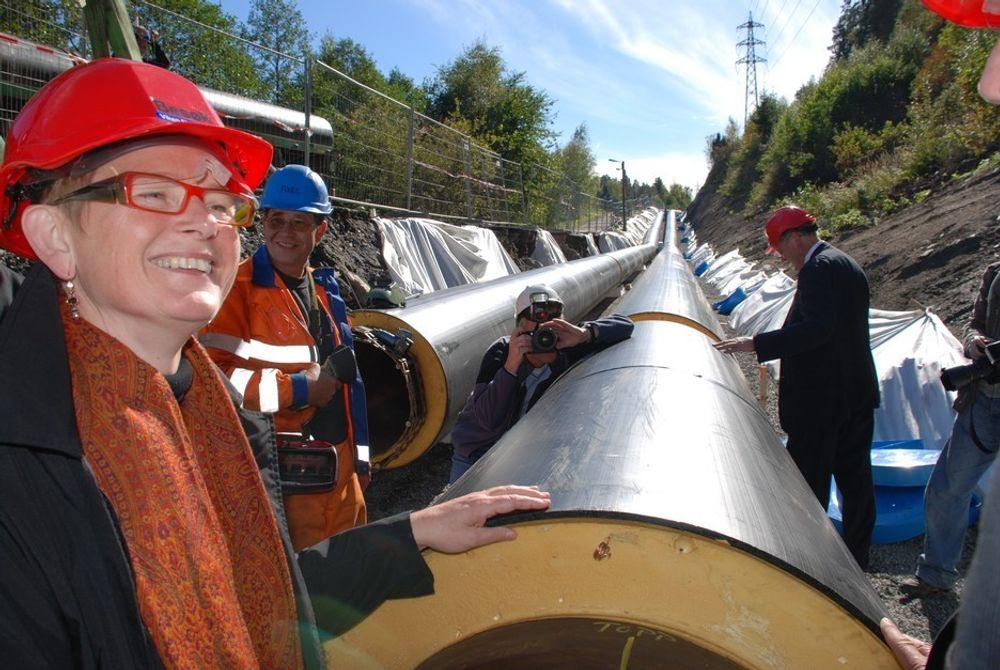 BYGGES: En fornøyd Enova-direktør Eli Arnstad strålte omkapp med sola under markeringen av byggestart for den nye overføringsledningen for fjernvarme i Oslo. Enova har bidratt med 130 millioner til utbyggingen.