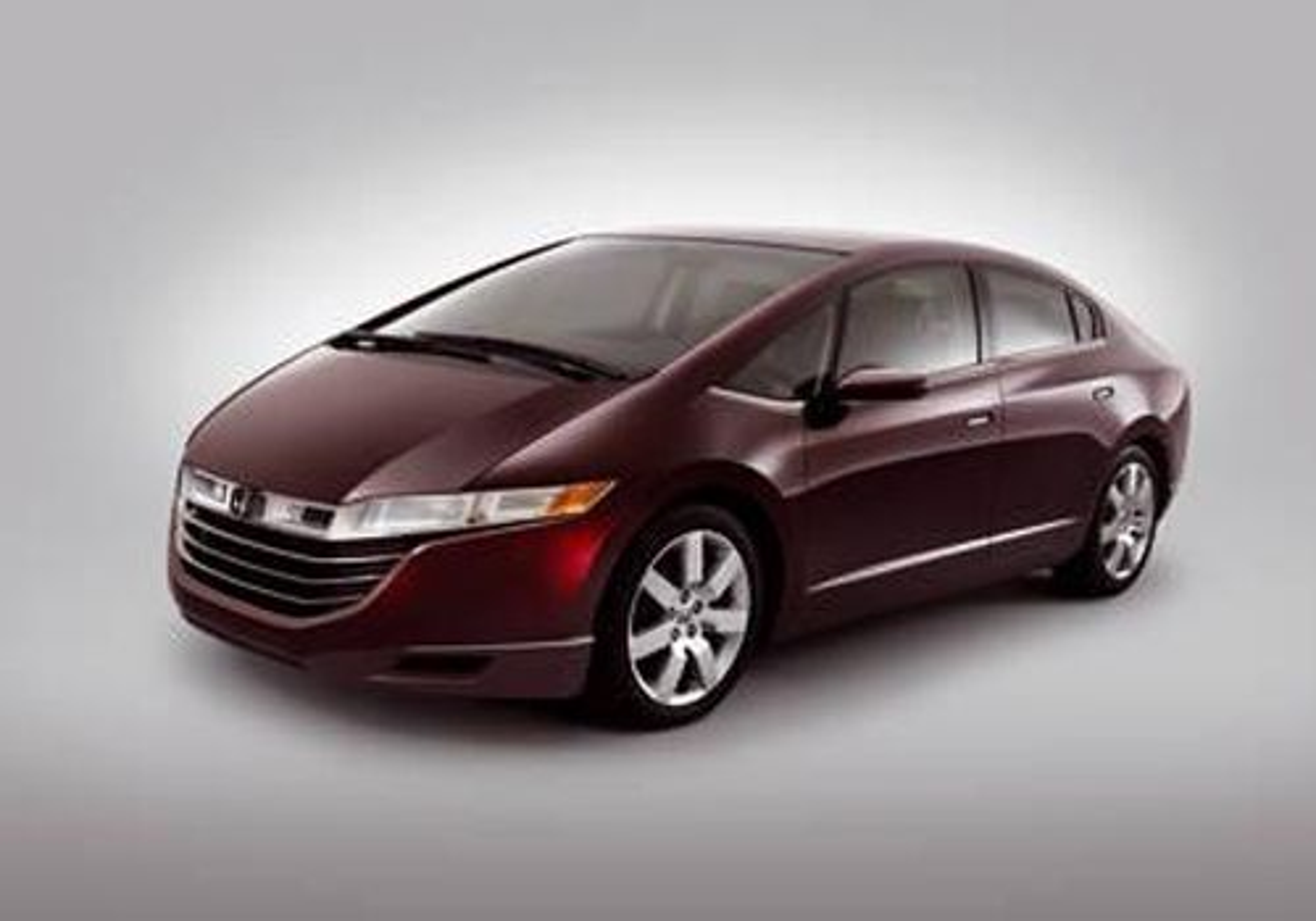 HONDA FCX: Horisontal brenselcelle og elektronikken lagt i en lav ryggrad gjorde det mulig å bygge en slank bil. Bilen klarer å kjøre 570 km i normal hastighet. Toppfart 160 km/h. Innredningen er laget av biomaterialer.