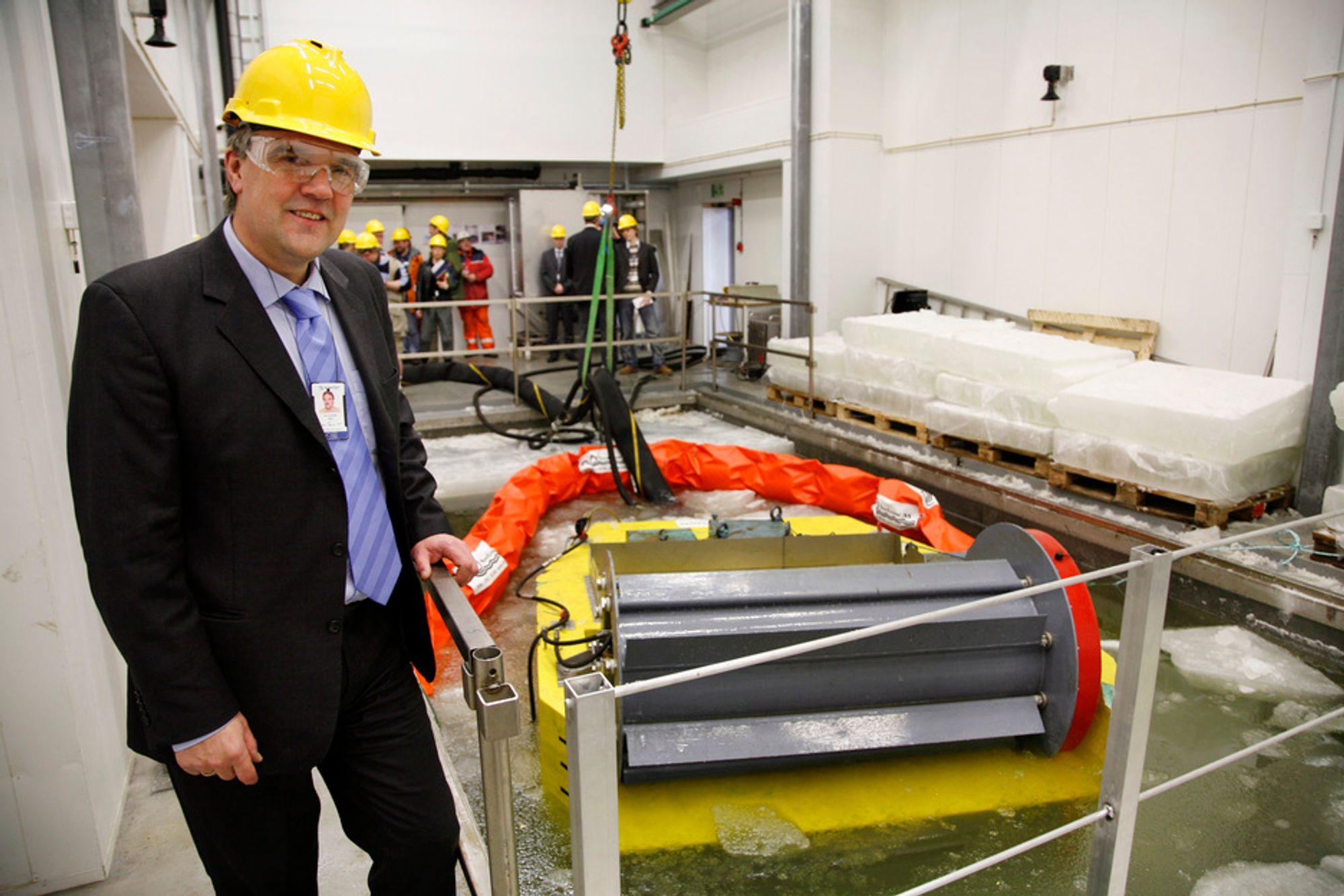TESTER UTSLIPPSSCENARIO: Seniorforsker Ivar Singsaas overværer testingen av en slimmer (oljeoppsamler) som er spesialutviklet for arktiske strøk.