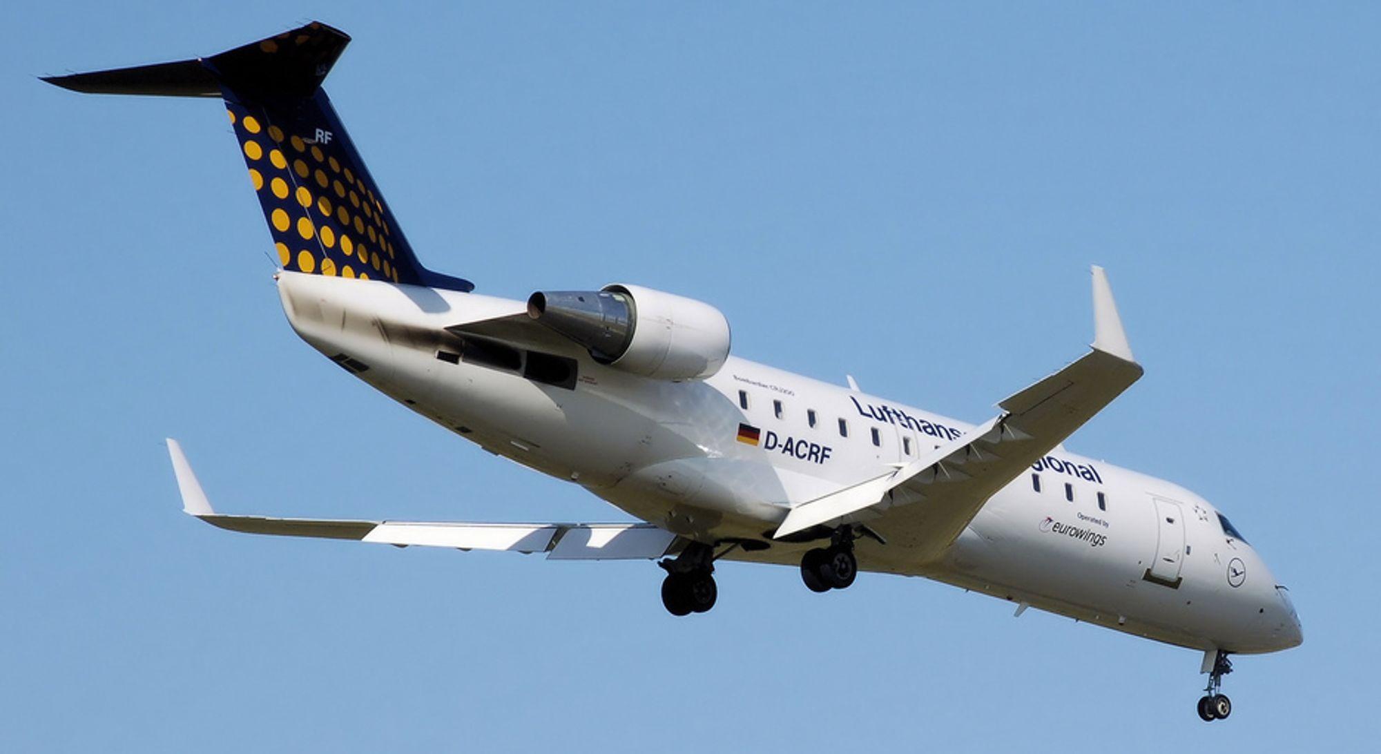 En Bombardier CRJ-200 i Lufthansa-bekledning. Fly av denne typen skal nå erstatte flere av SAS Danmarks Q400-fly som er tatt ut av tjeneste.