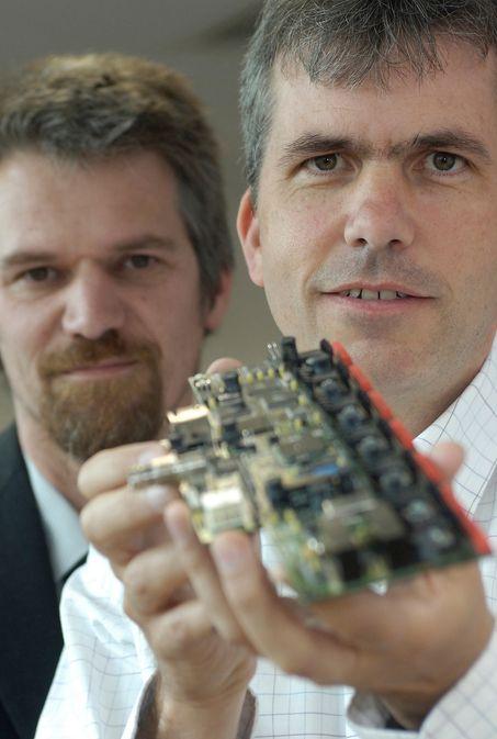 KJAPP MATTE: Dingsen i hånden er en datamaskin, den regner ultrakjapt og omsetter data til tredimensjonale, sylskarpe fargebilder på en monitor. Derfor vil du til høsten kunne komme raskere gjennom kontrollen når du skal ut og fly. I det minste på enkelte engelske flyplasser.