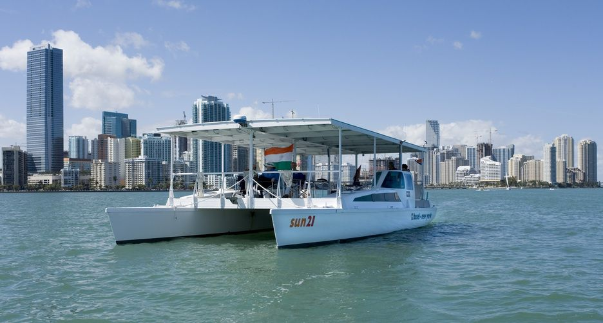 KUN SOL: Hele båtens tak er et gigantisk solcellepanel. Her er sun21 utenfor Miami.