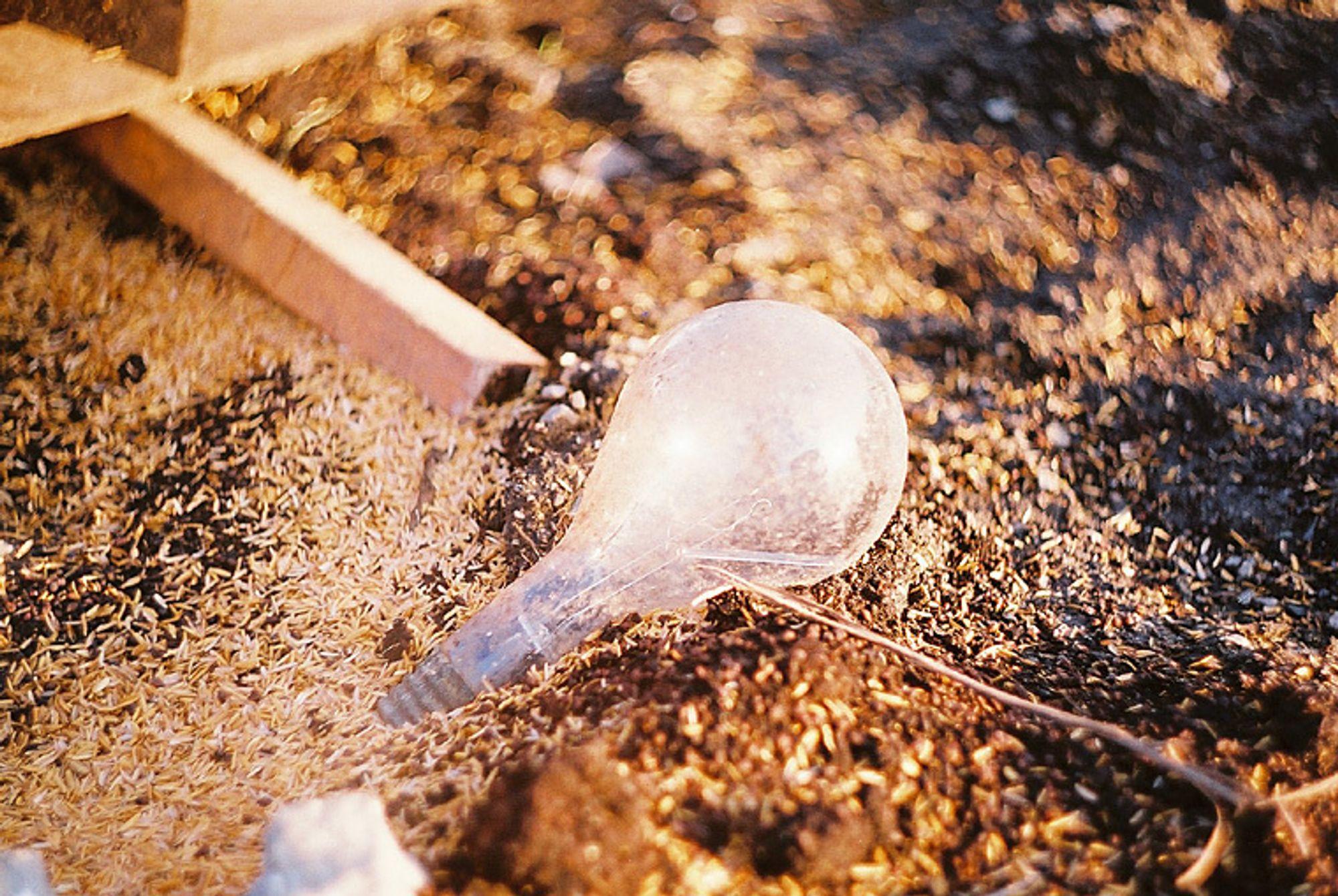 Sparepærer og lysstoffrør inneholder en rekke miljøskadelige stoffer. Svært mye kastets som van,lig aøppel i tedet for som spesialvafall eller til gjenvinning og resirkulering.