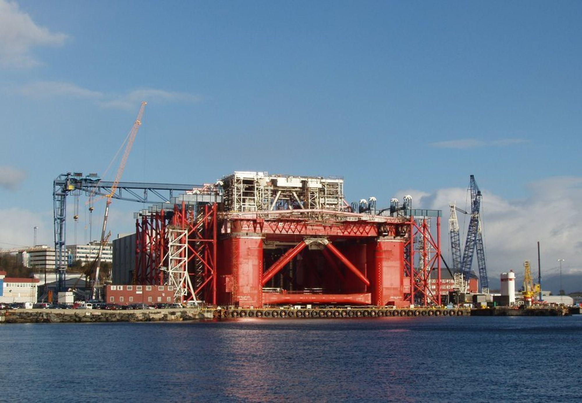 Bygging av rigger og andre offshorestrukturer er komplisert. Aker Stord vil beholde sine eldre og erfarne medarbeidere. Det blir det satt pris på.