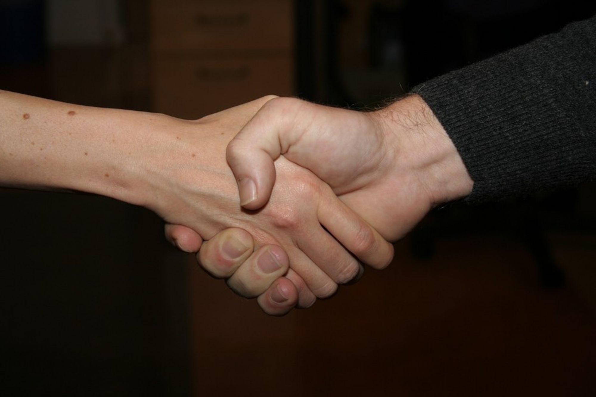 HÅNDTRYKK: Kvinner blir ofte underlegne når de forhandler med menn om lønn