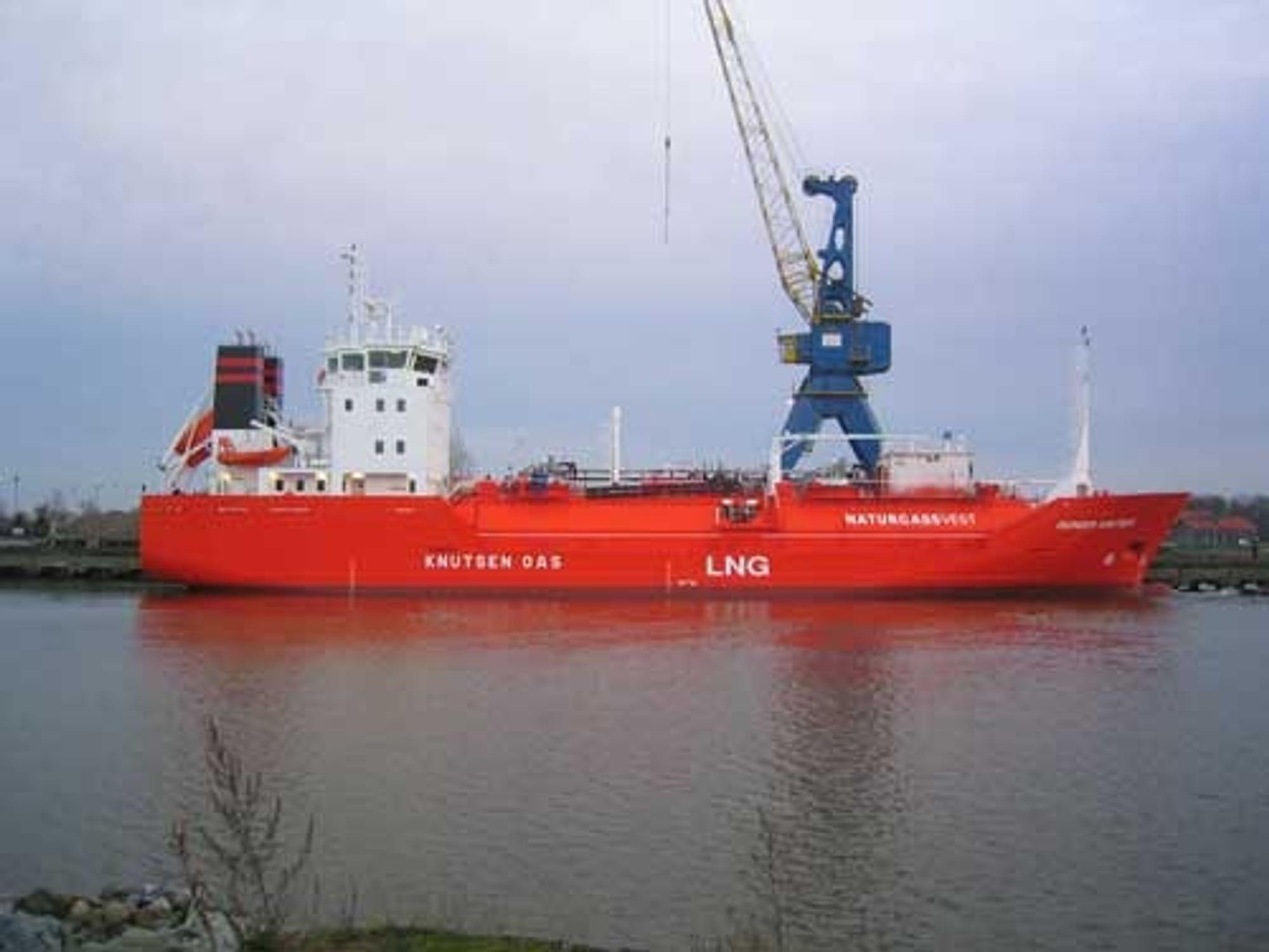 Pioneer Knutsen, verdens minste LNG-skip, har en kapasitet på 650 000 SM3. Tankbilene har til sammenlikning kapasitet til å frakte 35 000 SM3. LNG-fabrikken på Kollsnes har en kapasitet på 40 000 tonn pr år eller 56 mill SM3.    Skipet er 69 meter langt, 11,8 meter bredt og dypgang på bare 3,4 meter. Mannskapet er på bare seks personer.