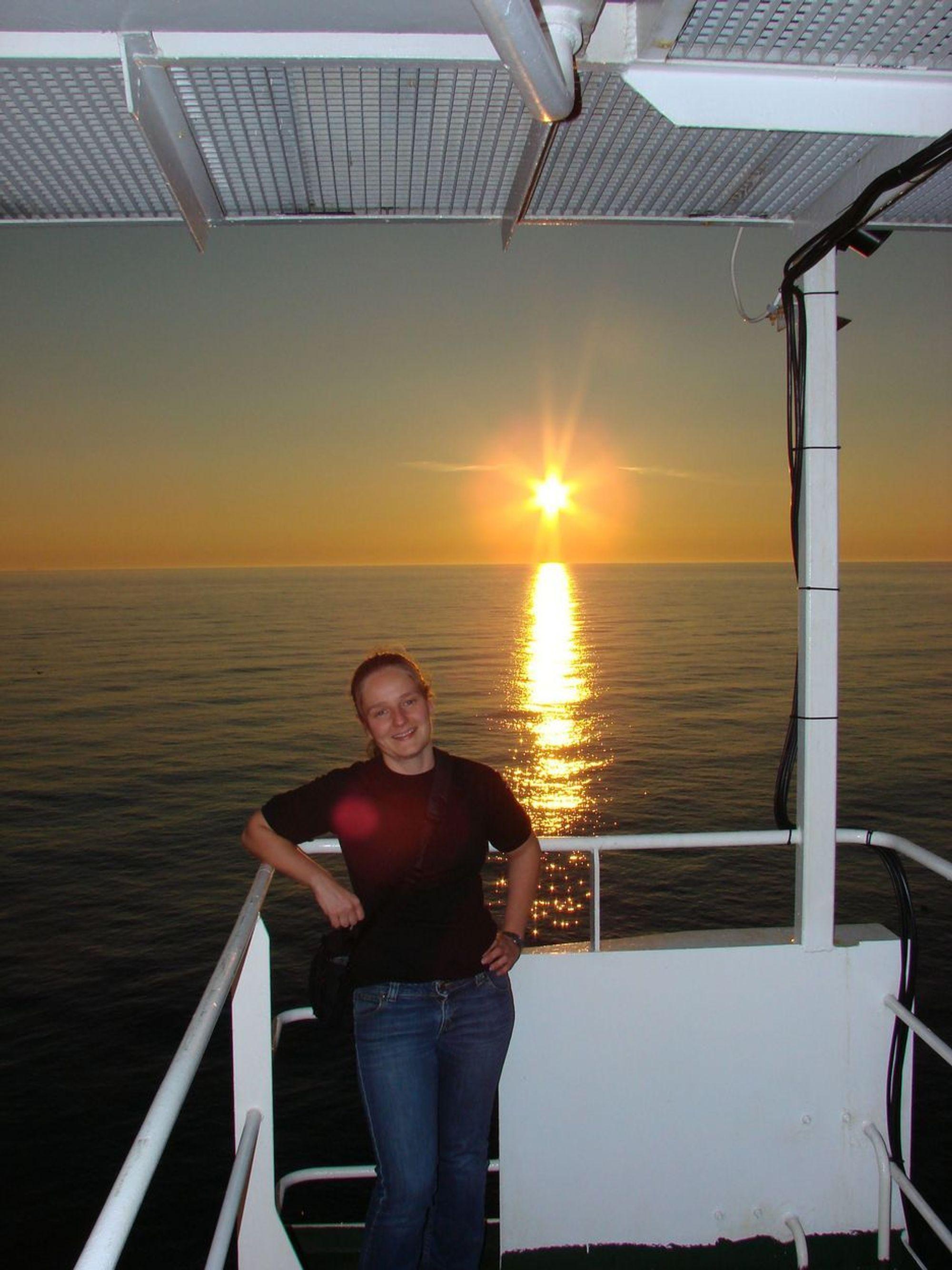 I NORDSJØEN: Elin Mæland stortrives i jobben som sivilingeniør i elkraftteknikk i Vetco. Her er hun på oppdrag i Nordsjøen i fjor sommer.