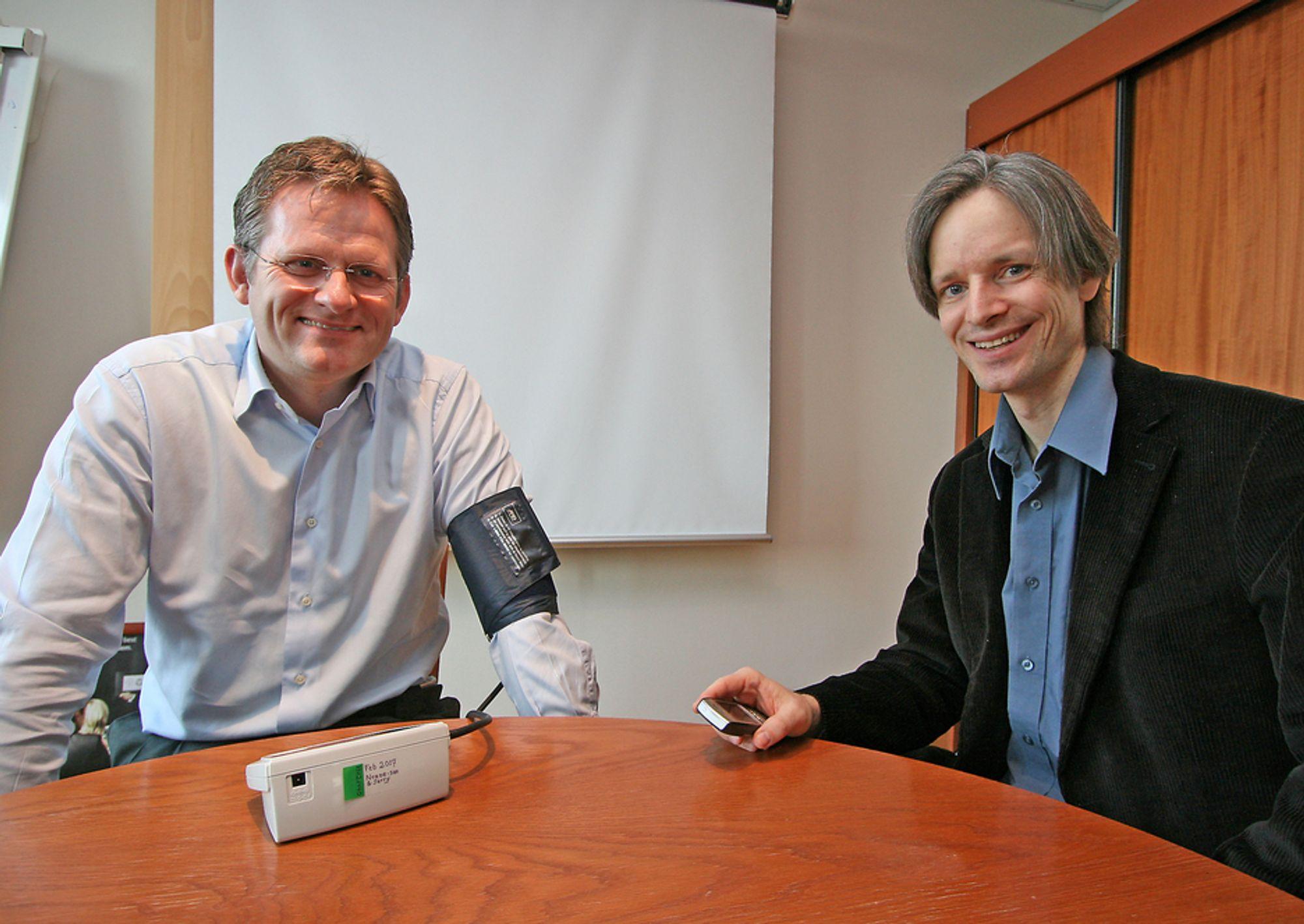 TAR TRYKKET:Adm. direktør i IBM Norge, Morten Thorkildsen får målt blodtrykket og avlesningen dukker opp på mobiltelefonen til forsker ved IBM Zürich Lab, Mike Nidd.