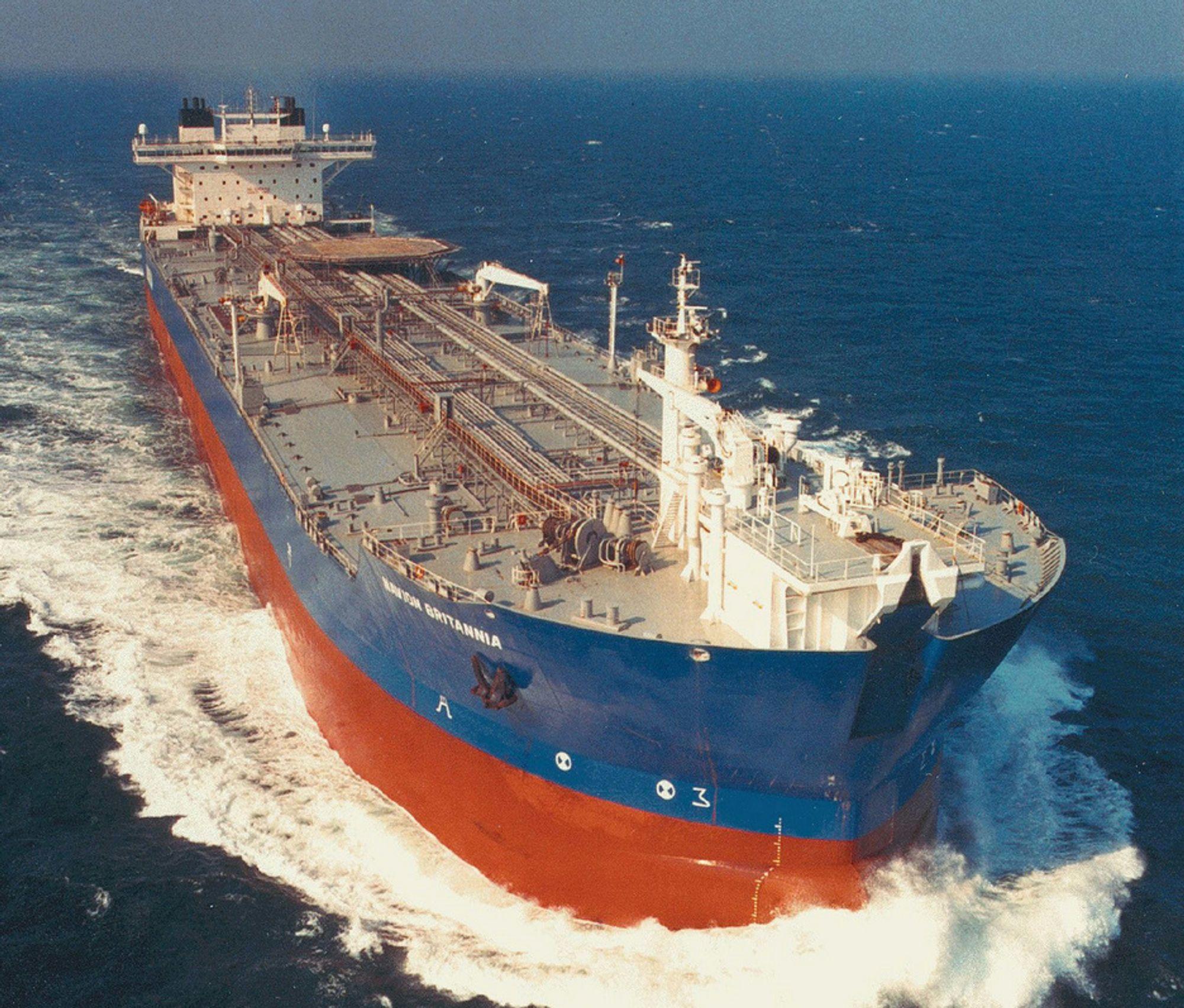 Navion Britannia, som var involvert i oljeutslippet fra Statfjord A, legger til kai på Mongstad i dag. Deretter skal mannskapet intervjues av myndighetenes granskingsgruppe.