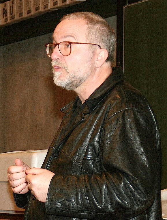 IT-OPPRØREREN: Med Tron Øgrim er en dyktig teknologisk rabulist gått bort. Han kjempet mot IT-selskapene, men holdt likevel mange betalte foredrag for dem. På bildet holder han et foredrag i Bergen i 2006. Det siste to årene var favorittemaet hans gratisleksikonet Wikipedia.
