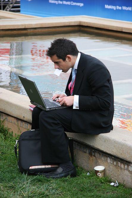 Businessmann og intens laptop-bruk.