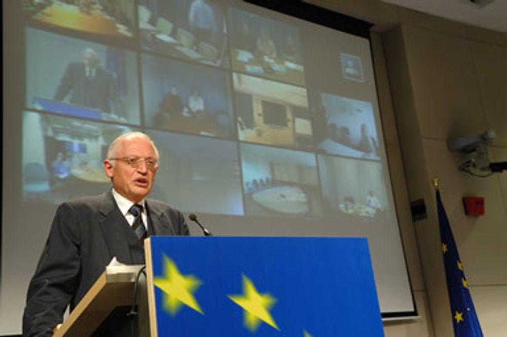 UTFORDER: EU-kommisjonens Günter Verheugen mener bilindustrien må se det som en positiv utfordring å få redusert CO2-utslippene med 18 prosent på fem år.