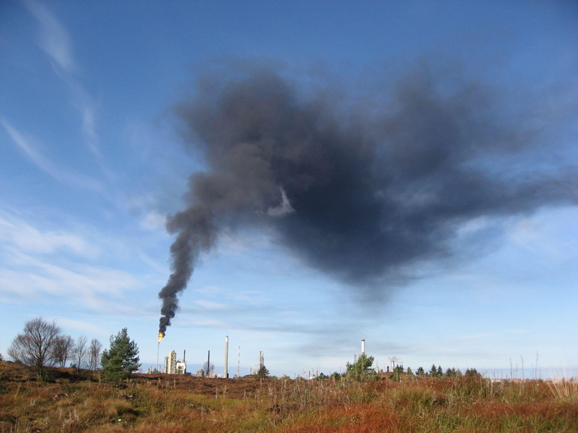FAKLING: Norge har forbudt brenning av gass, eller fakling, fra petroleumsvirksomheten. Nå vil norske myndigheter inngå et samarbeid med Russland om å redusere faklingen hos våre naboer i øst. Illustrasjonsbilde fra Mongstad.