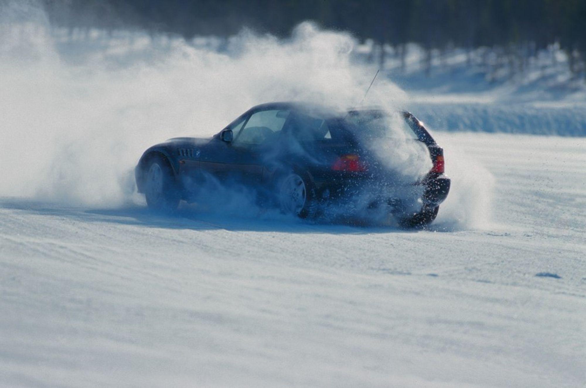 UTEN ESP: Denne bilen ble kjørt litt brutalt - med avslått ESP - rundt banen i Arvidsjaur og kom bare noen meter om gangen, før den igjen havnet i snøen.