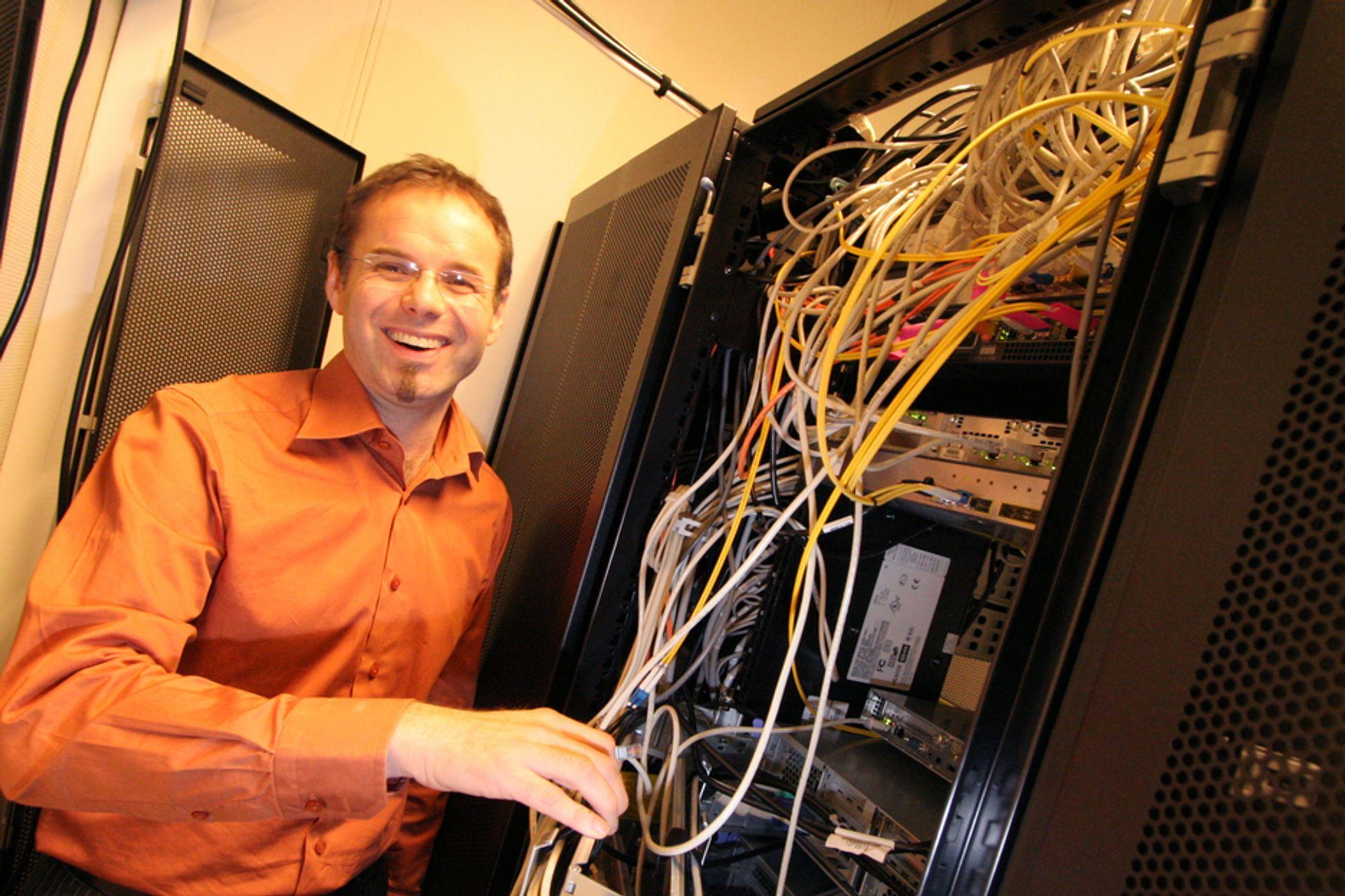 VANT I BREDBÅNDSLOTTO: Direktør Trond Arne Kongsli i Bredbåndsfylket Troms kan nå plalegge full utbygging av fibernettene i sitt ditrikt. Her er han fotografert på et av serverrommene deres i Tromsø.