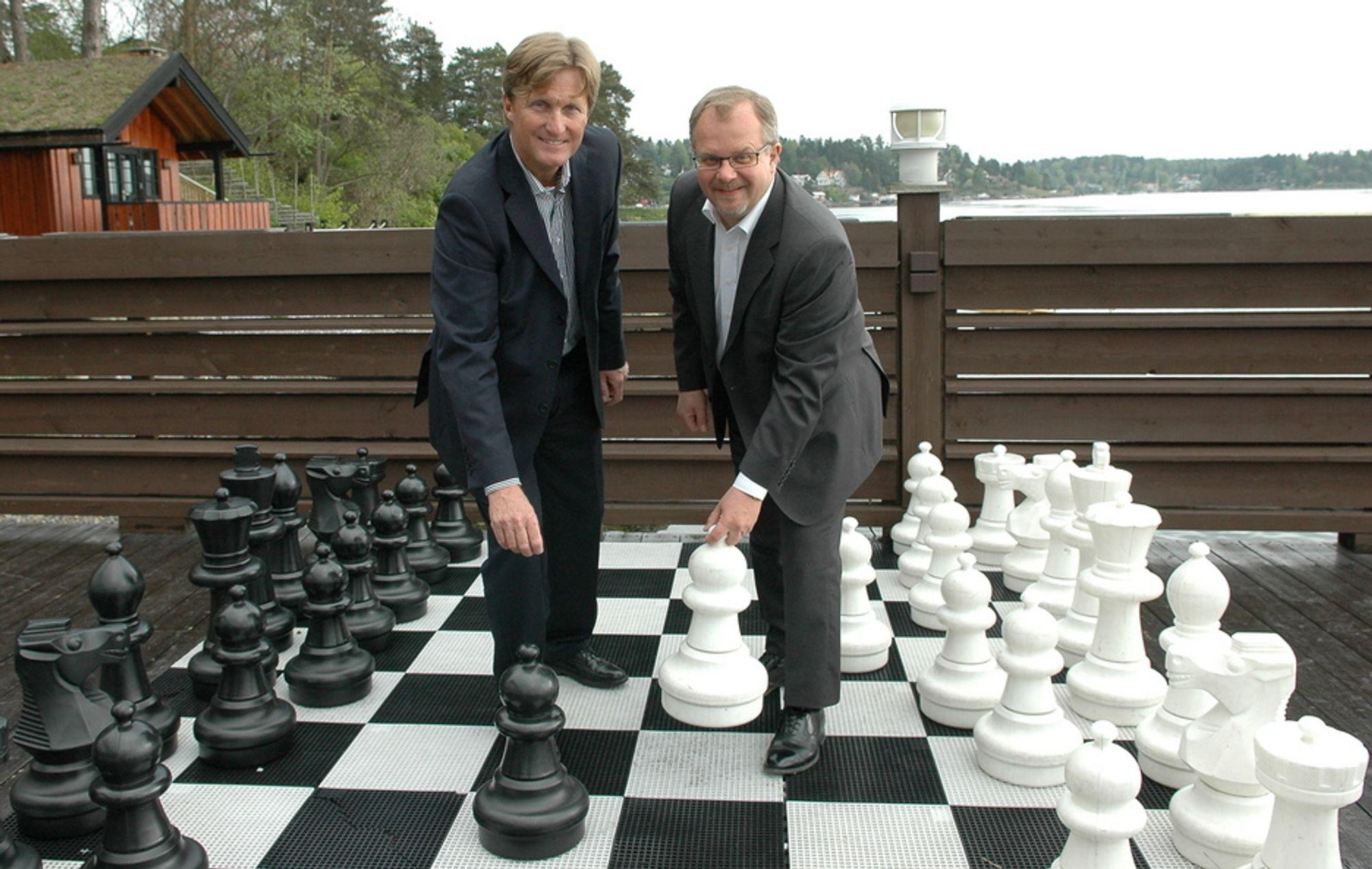 MATT: Helge Kjeilen og Mikael Fant forventer at det nye DAK-systemet NX5 vil sette de andre leverandørene i sjakk matt-posisjon.