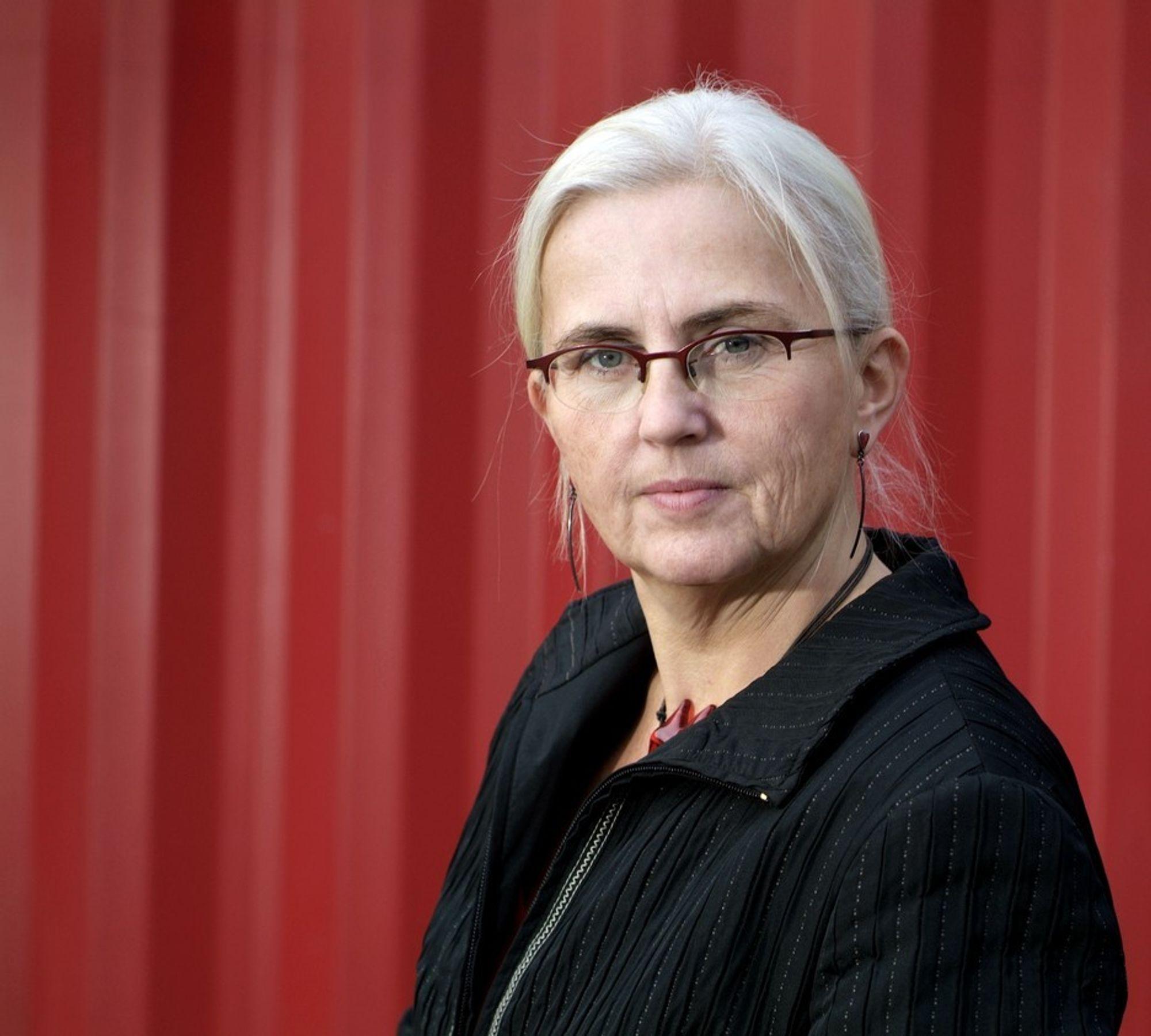 PEST ELLER KOLERA: Miljøvernminister Helen Bjørnøy (SV) vil tillate kvikksølv i sparepærer, men har ikke regnet på hvor mye kvikksølvavfall det vil generere.