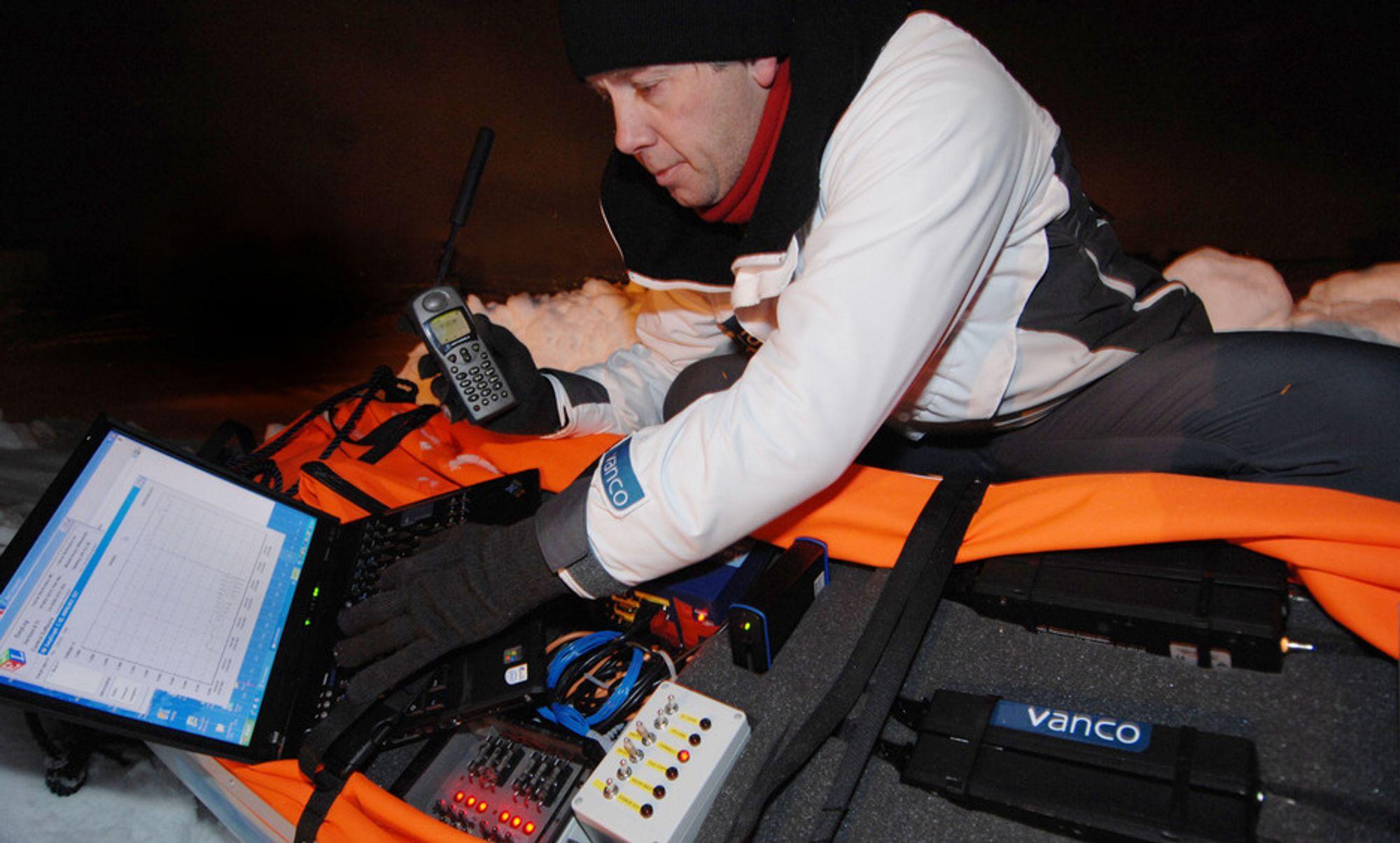 Ekspedisjonsleder Pen Headow tester det nye satelittutstyret de skal bruke for å sende multimedierapporter hjem underveis til Nordpolen.