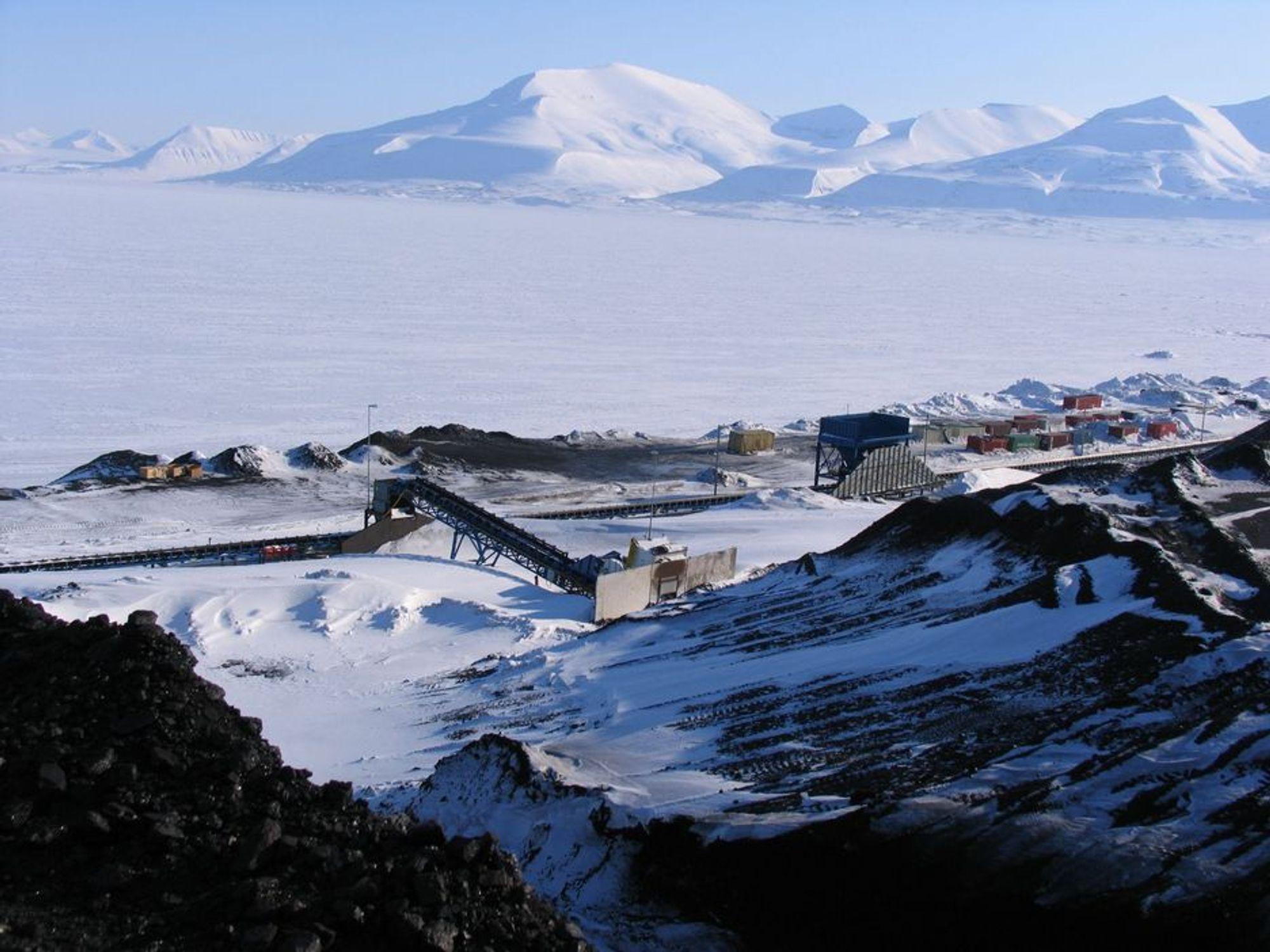 Lager og utskipingshavn for kull i Longyearbyen på Svalbard.