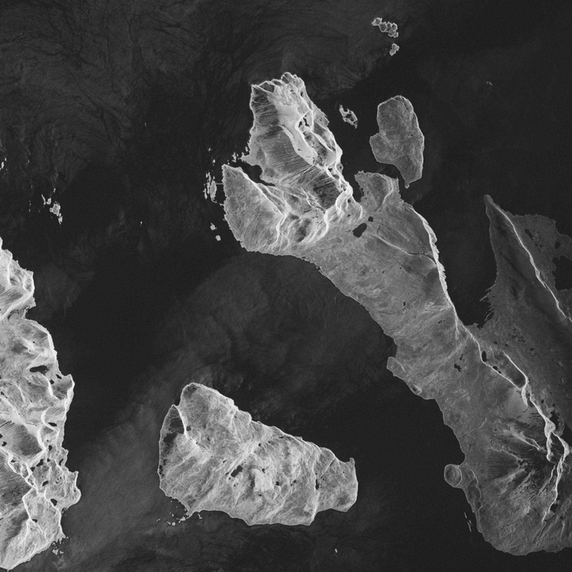 FØRSTE: De mindre øyene Nordkvaløya, Helgøya og Burøya omkranser Vannøya i Karlsøy kommune i Troms. Radarbildet er det første tatt av TerraSAR-X.