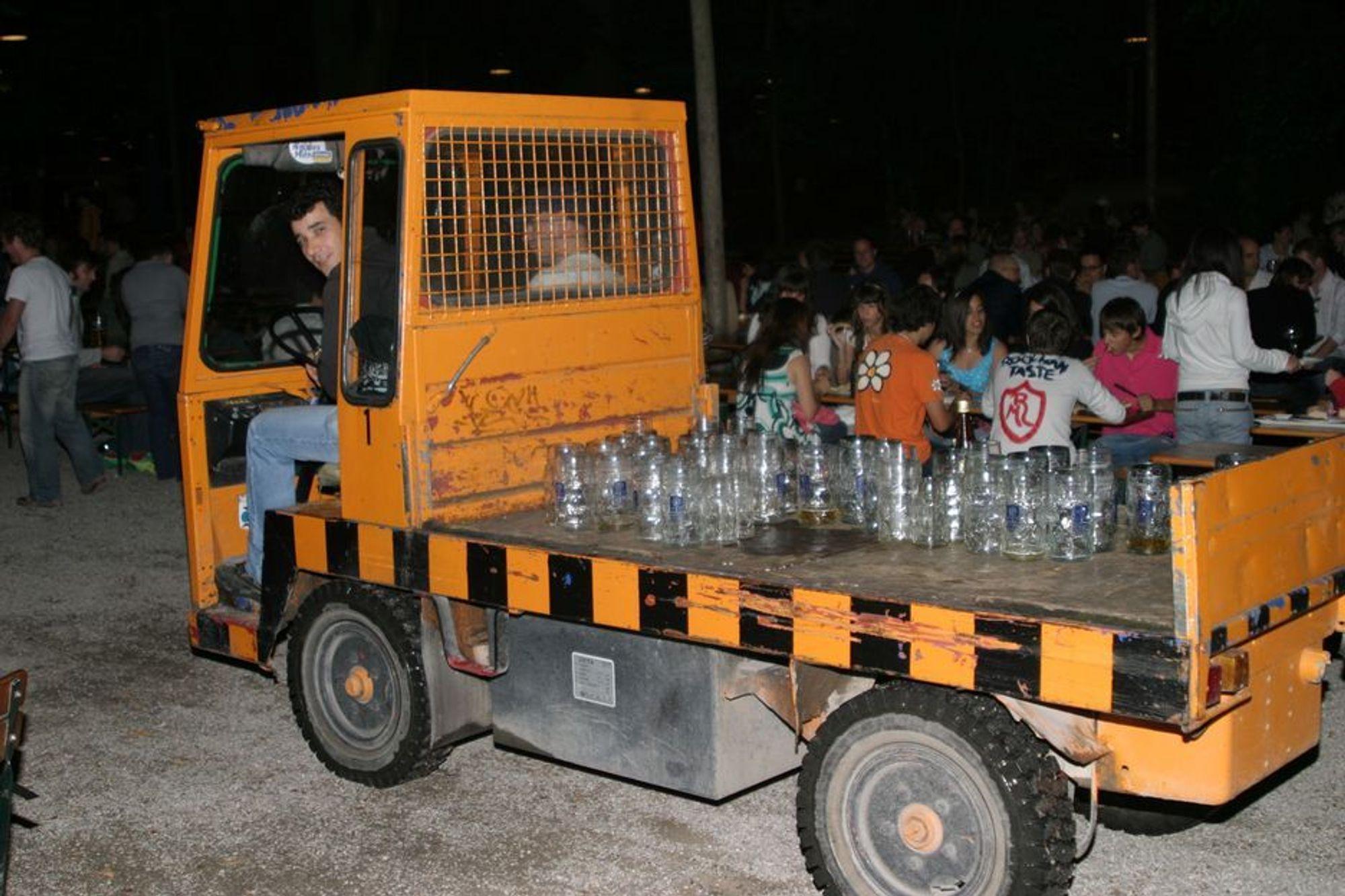 ØLBIL: Kelner Mehmet Urucu på Augustinerkeller i München bruker lastebil for å rydde bordene.