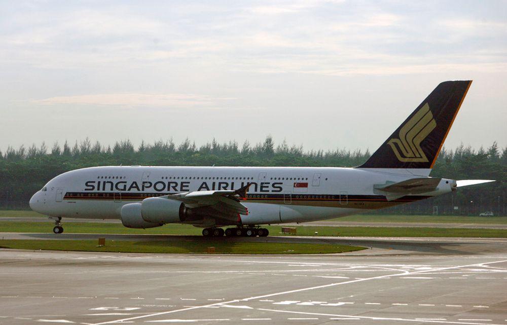 Singapore Airlines er det første flyselskapet som tar i bruk superjumboen A380 fra Airbus. Her takser flyet før avgang på jomfruturen 25. oktober fra Changi Airport i Singapore til Sydney i Australia.