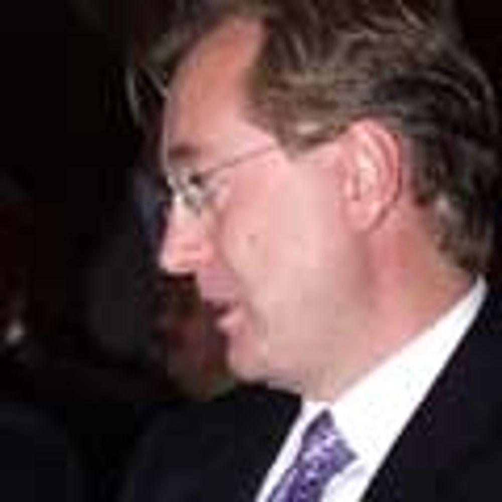 Røkke mener han er industribygger, men selger selskaper og reduserer antall ansatte i Aker-bedrifter.
