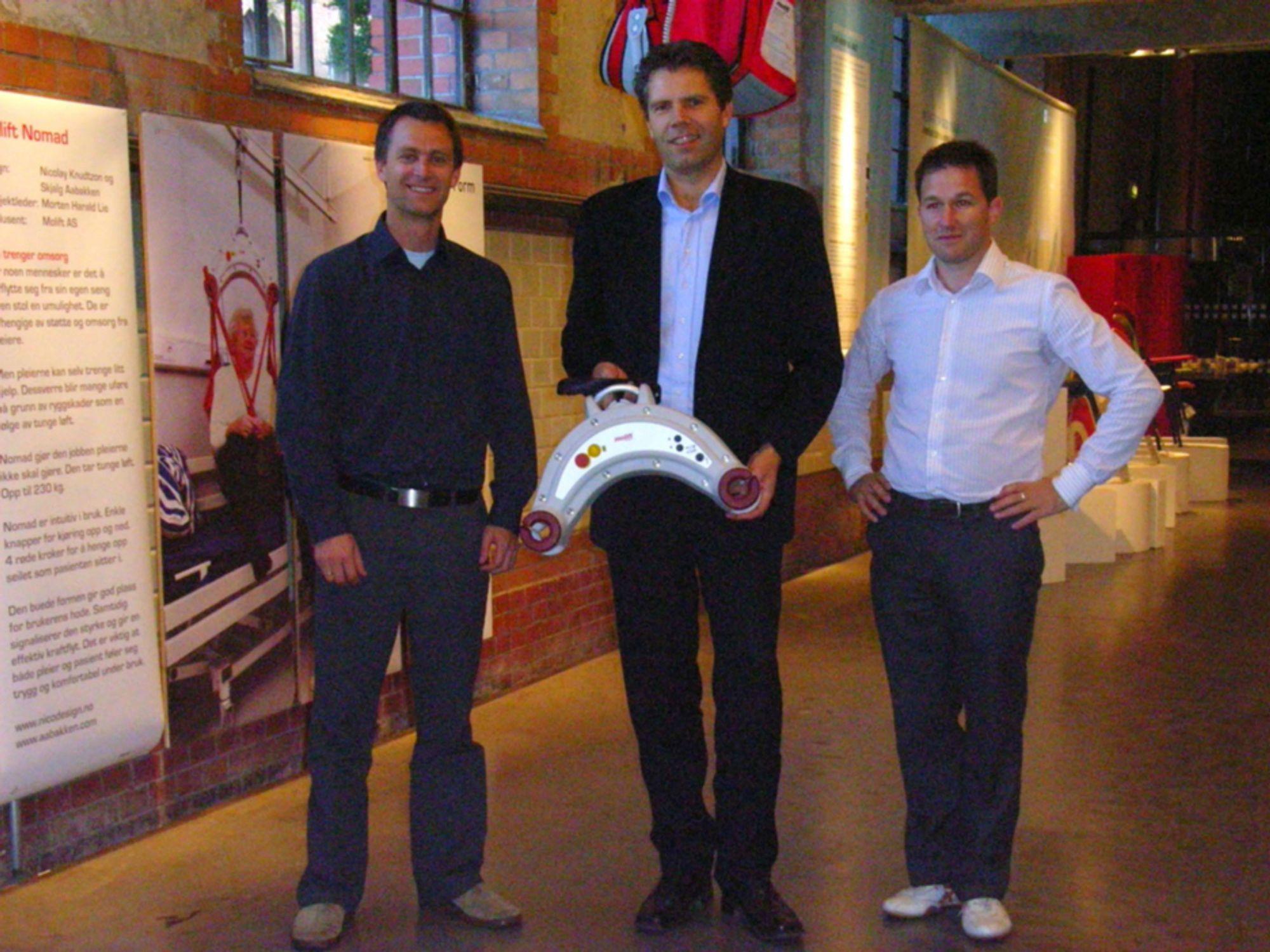 LØFTEREN: Nicolay Knudtzon fra Nicodesign (midten) viser frem løfteren på senteret for arkitektur og design. Fra venstre Skjalg Aabakken fra Aabakken Innovasjon & design og Geir Olav Farstad, daglig leder i Molift.
