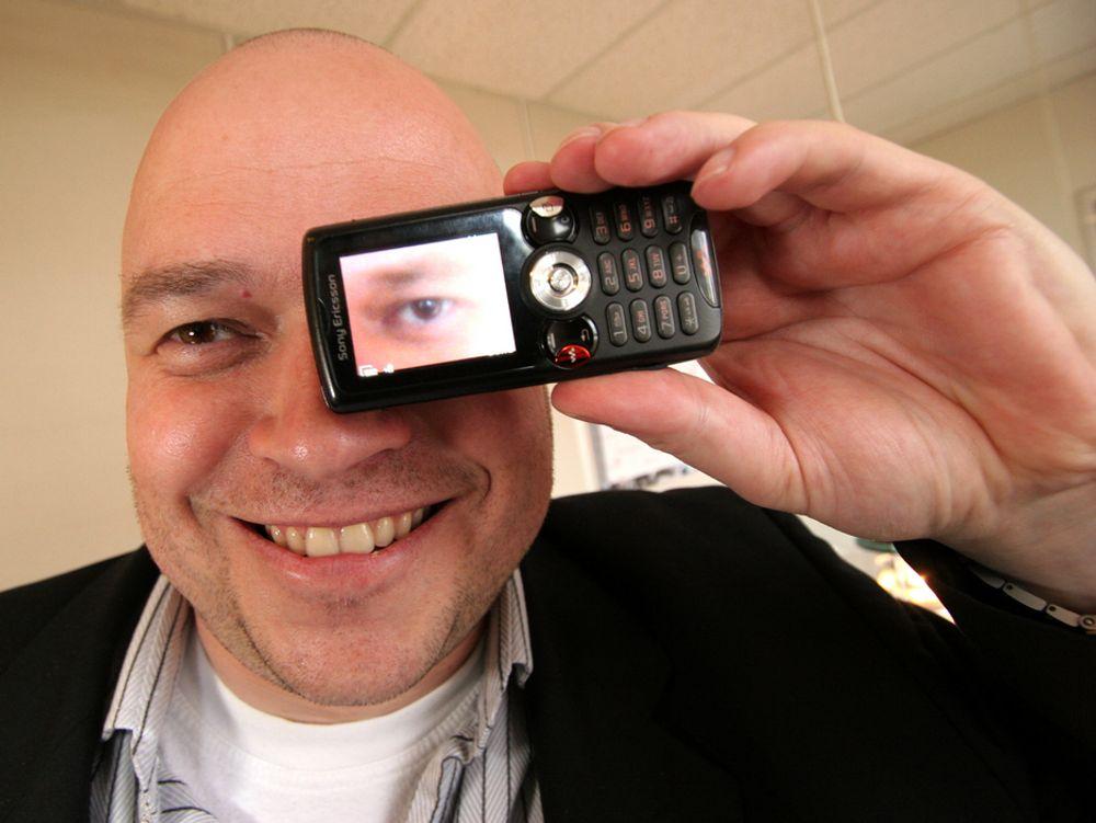 SER NYE MULIGHETER: Nordensjef Paul Dobel i Pinnacle har et godt øye til You Tube-generasjonen. Spesielt til de som distribuerer videoer tatt med mobiltelefonen og som nå vil redigere disse før de publiseres på internett. Norske ungdommer og teknologinteresserte brukere vil lede ann i denne utviklingen, mener han.