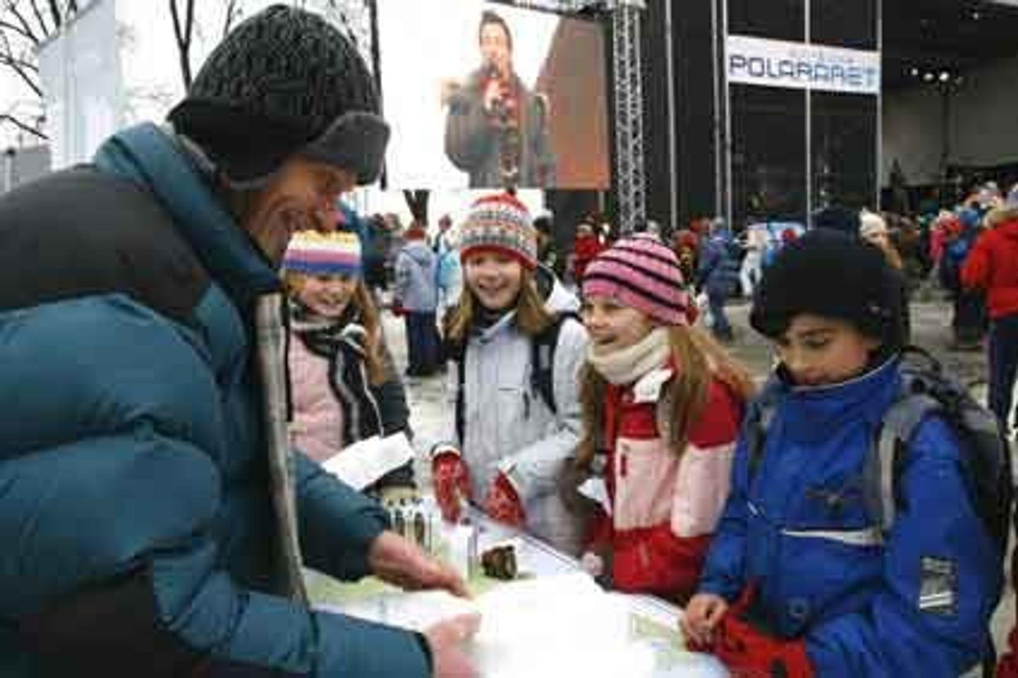 VELLYKKET: - Dette var moro, fastslår prosjektleder Eiliv Larsen. Her med interesserte unger under åpningen av Polaråret.
