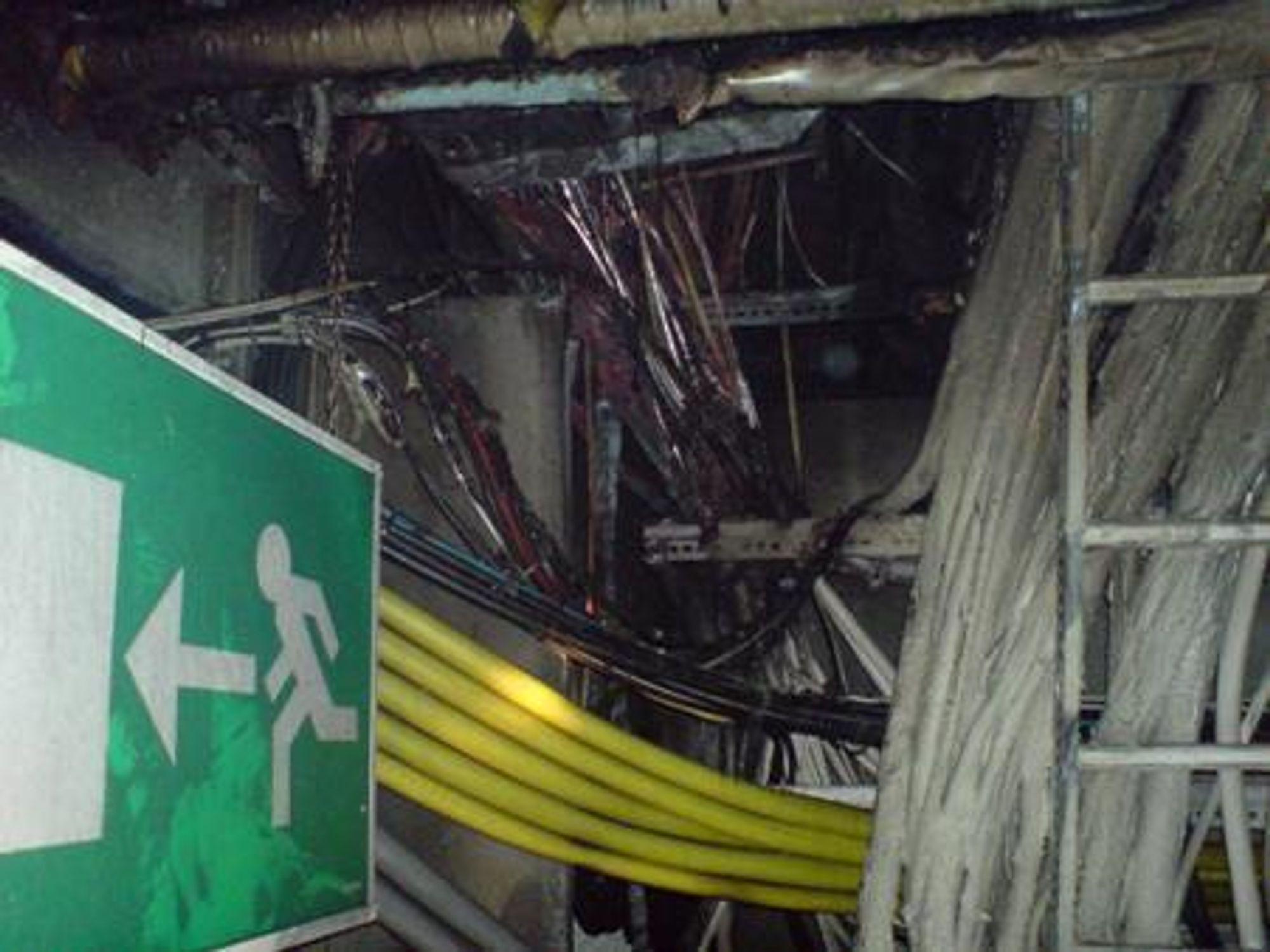 Det var en svært kraftig brann i Hafslunds høyspentkabler under Oslo S natt til onsdag. Brannen førte også til store skader på andre typer kabler i samme område.
