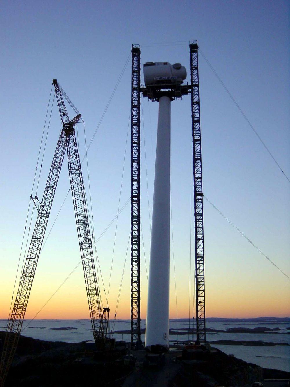 HØYT:ScanWinds første vindkraftverk -under montering - på Hunhammerfjellet i Nærøy kommune på Namdalskysten i Nord-Trøndelag. FOTO: SCANWIND