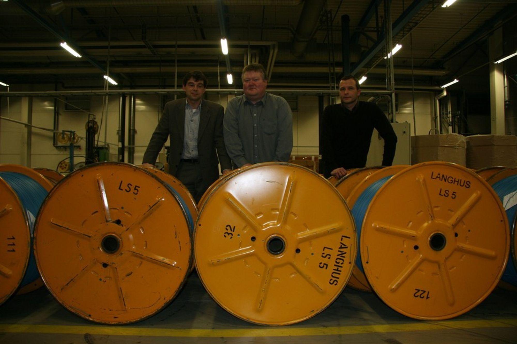 MILLIONER: Eneas Energy sparer næringslivet for millioner i energiutgifter. Fra venstre fabrikksjef i Nexans Tommy Pedersen, Jakob Austgulen og Erlend Sand i Eneas Energy.