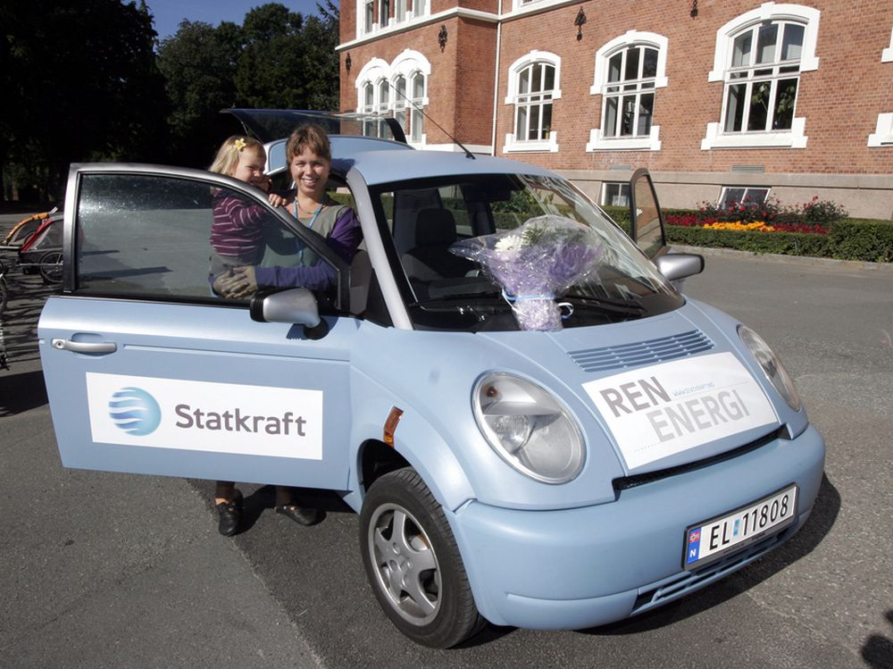 Heidi Goa og datteren Sara (3) er de heldige vinnerne av Statkrafts ren energi konkurranse 2007. Premien er en flunkende ny norsk elbil av merket Think. Bilen har en rekkevidde på 18 mil og er utstyrt med både baksete og barnesete.