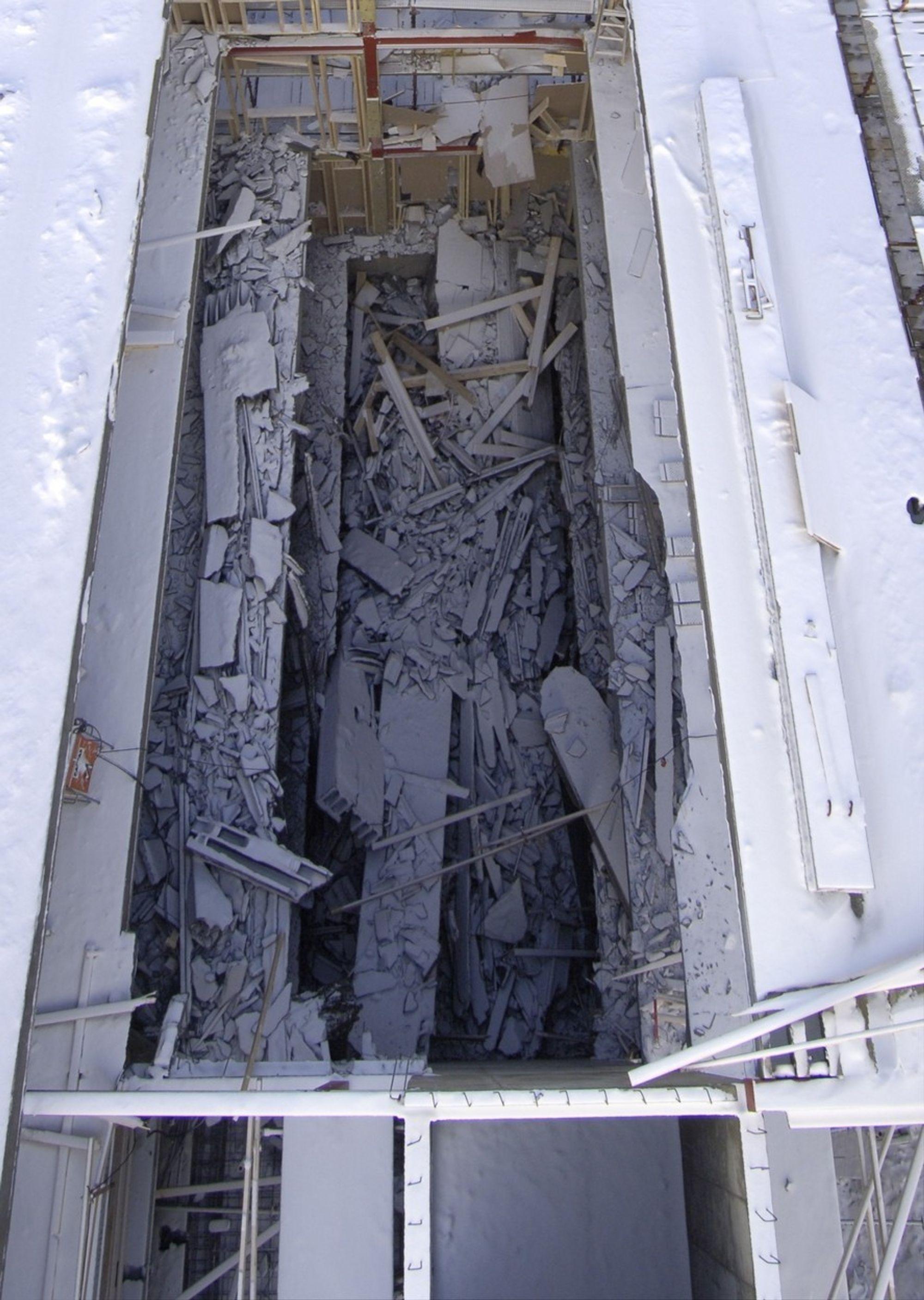 FOR TYNN: Nederst på bildet kan man se at veggen er tynnere der boltene ble revet ut, og forårsaket raset.