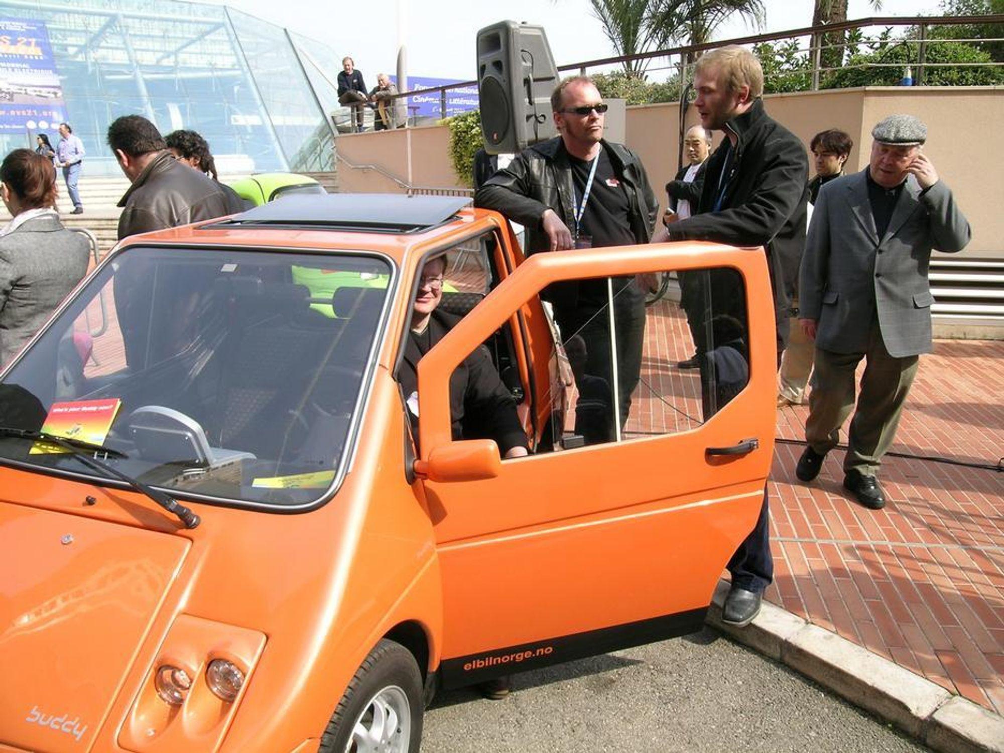 Buddy elbiler faller mellom to stoler - er det bil eller motorsykkel når den skal parkere?