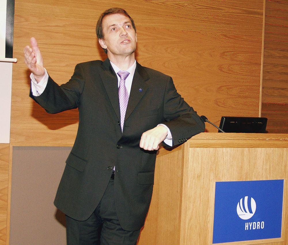 GODT HUMØR: Generaldirektør Eivind Reiten mener at det er særskilt god å være i Hydro