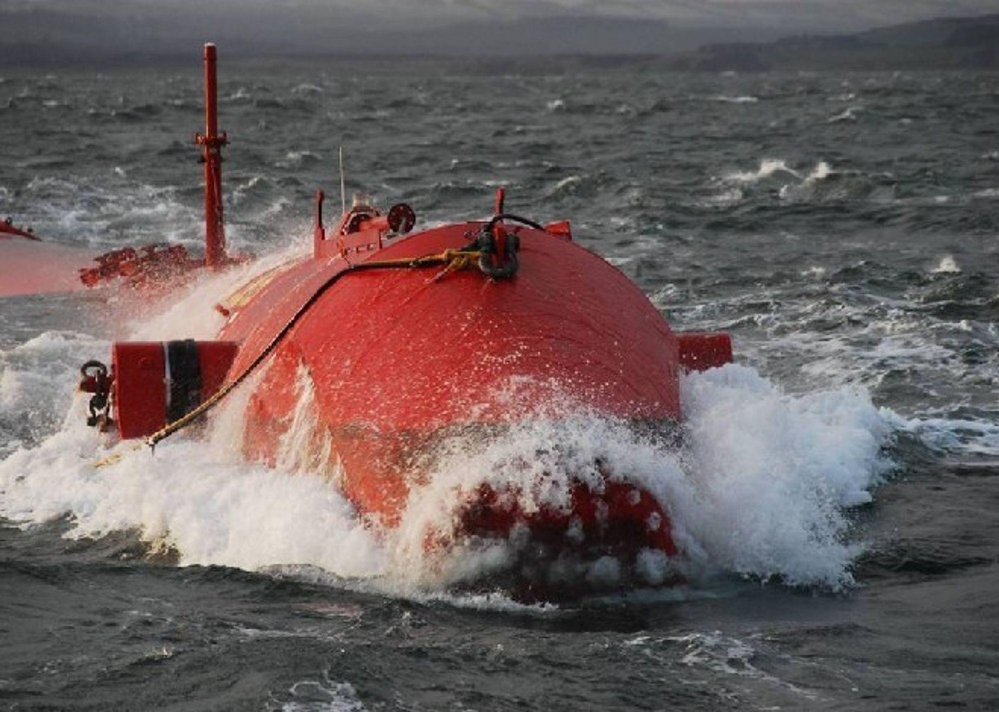 150 meter lange rør følger bølgenes bevegelser.