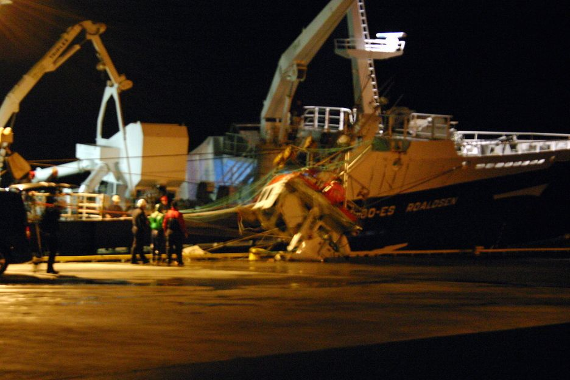 SLEPT I LAND: Ringnotbåten Roaldsen fra Egersund kom seint tirsdag kveld inn til Skjæret ved Harøysund i Romsdal med den forliste fiskesjarken ved siden.