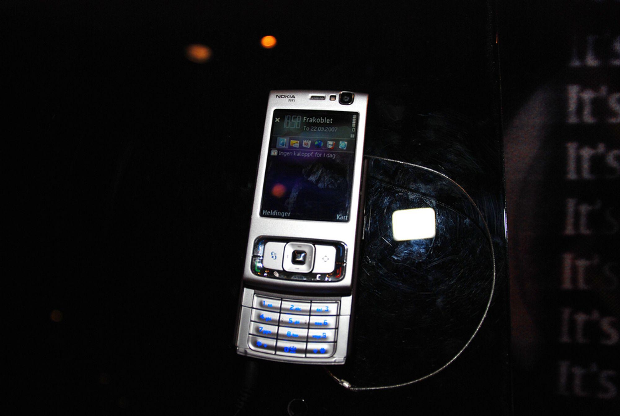 N95: Den nyeste modellen i Nokias N-serie kommer i butikkene her i landet i uke 18, som vil si i månedsskiftet april/mai. Test den i Oslo Spektrum i helgen.