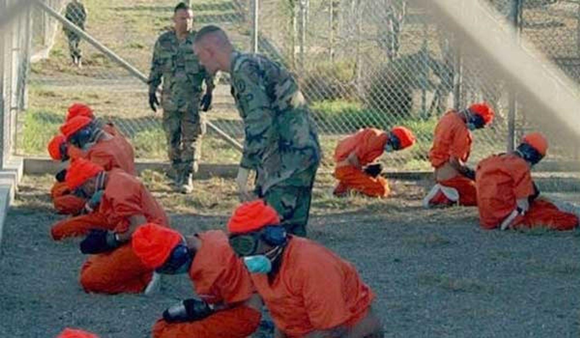 """""""Ulovlig stridende"""" kaller USA fangene i fengselet på Guantanamo Base på Cuba. Da Kværner i 1996 kjøpte Trafalagar House, fikk de med seg et selskap som leverte tjenester til USAs fengselsvesen og derigjennom også den tvilsomme anstalten på Guantanamo-basen."""