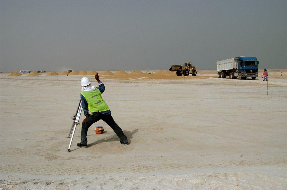 I GANG: Forberedende arbeider er allerede igang på anleggstomten til Qatalum i Qatar. Anleggets planløsning tar høyde for en fremtidig utbygging som vil gi en produksjonskapasitet på inntil 1,2 millioner tonn i året. Prosjektet omfatter også en egen havn, samt boliger for inntil 1.100 ansatte.