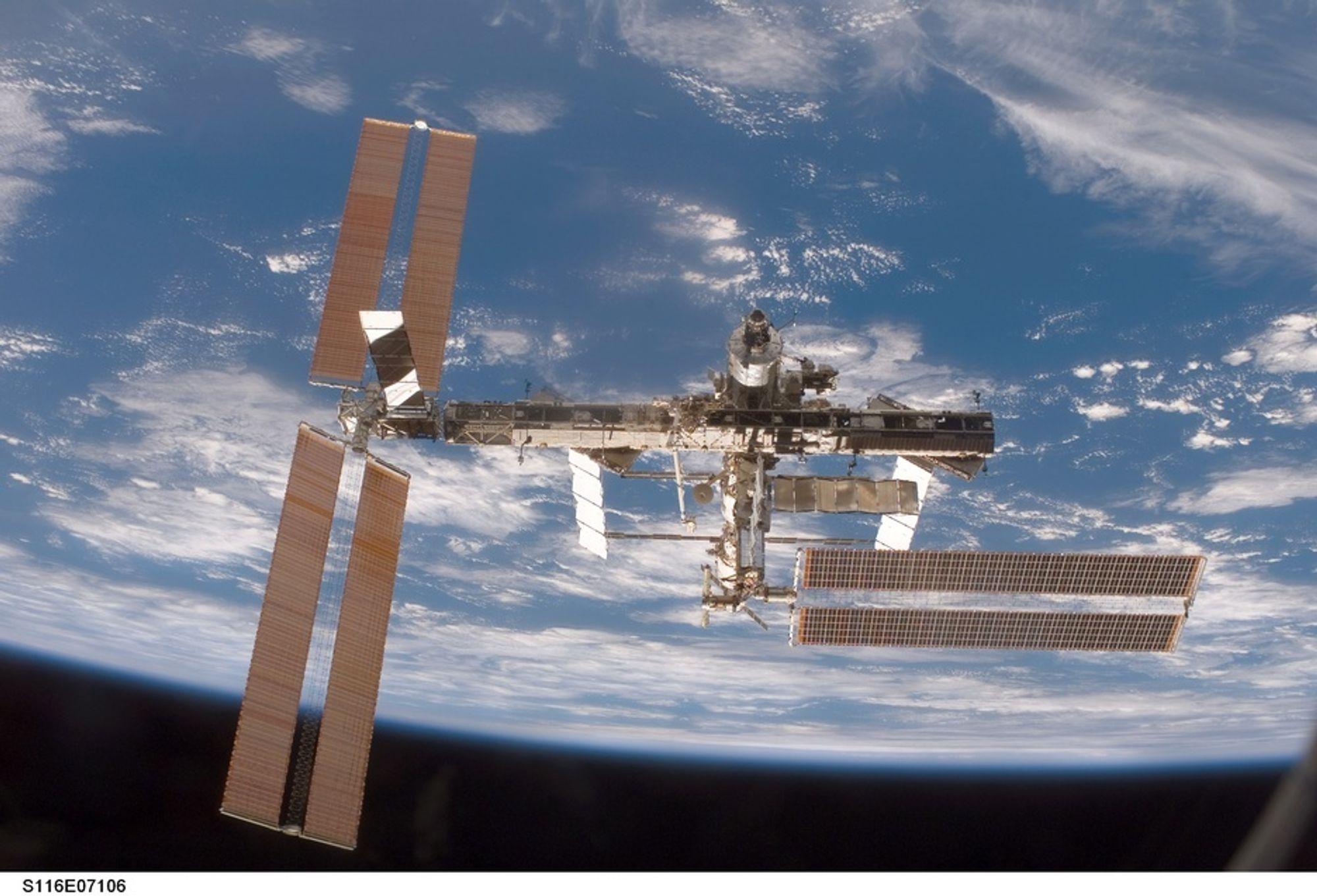 DESEMBER 2006: STS-116-mannskapet (inkl. Christer Fuglesang) har klappet sammen solcellepanelet på stasjonsdel P6, lagt til en ny P5-del og rekonfigurert hele det elektriske systemet.