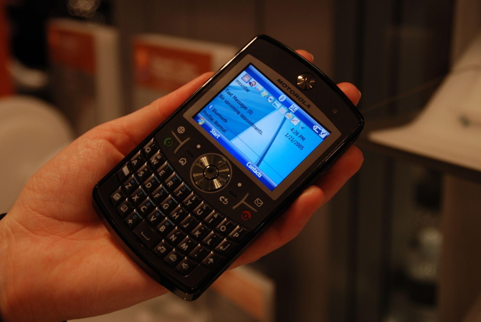 LITT NORSK: Tynn, stilfull, interaktiv og funksjonell. Motorolas MotoQ q9 har det meste for den kresne, og kjører Microsofts nye operativsystem Windows Mobile 6.0 - med nettleser fra Opera.