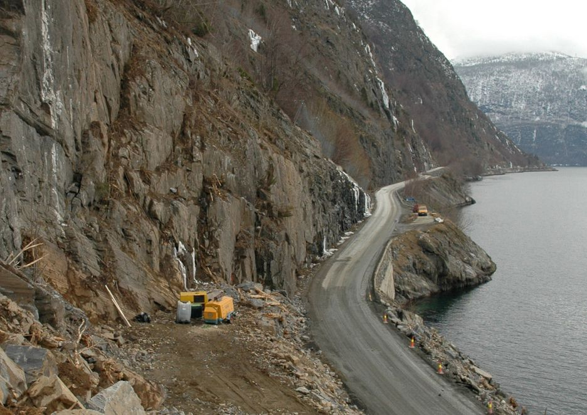NØDVENDIG: Her gjøres innslaget i Fatlaberget fra vest. Den smale veien langs fjorden er svært rasutsatt, og mange fastboende gruer seg til hver eneste kjøretur uten tunnel.