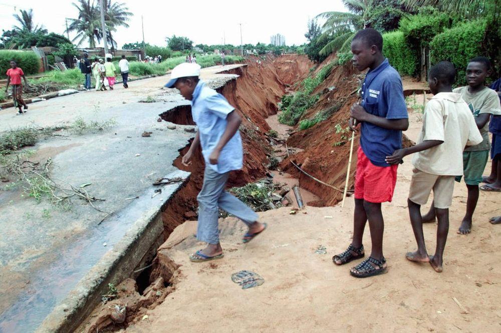 ALVORLIG: El Niñoer forårsaker store skader i mange fattige land i Afrika. Her har flomvannet ødelagt en av hovedveiene inn til hovedstaden Maputo i Mosambik.