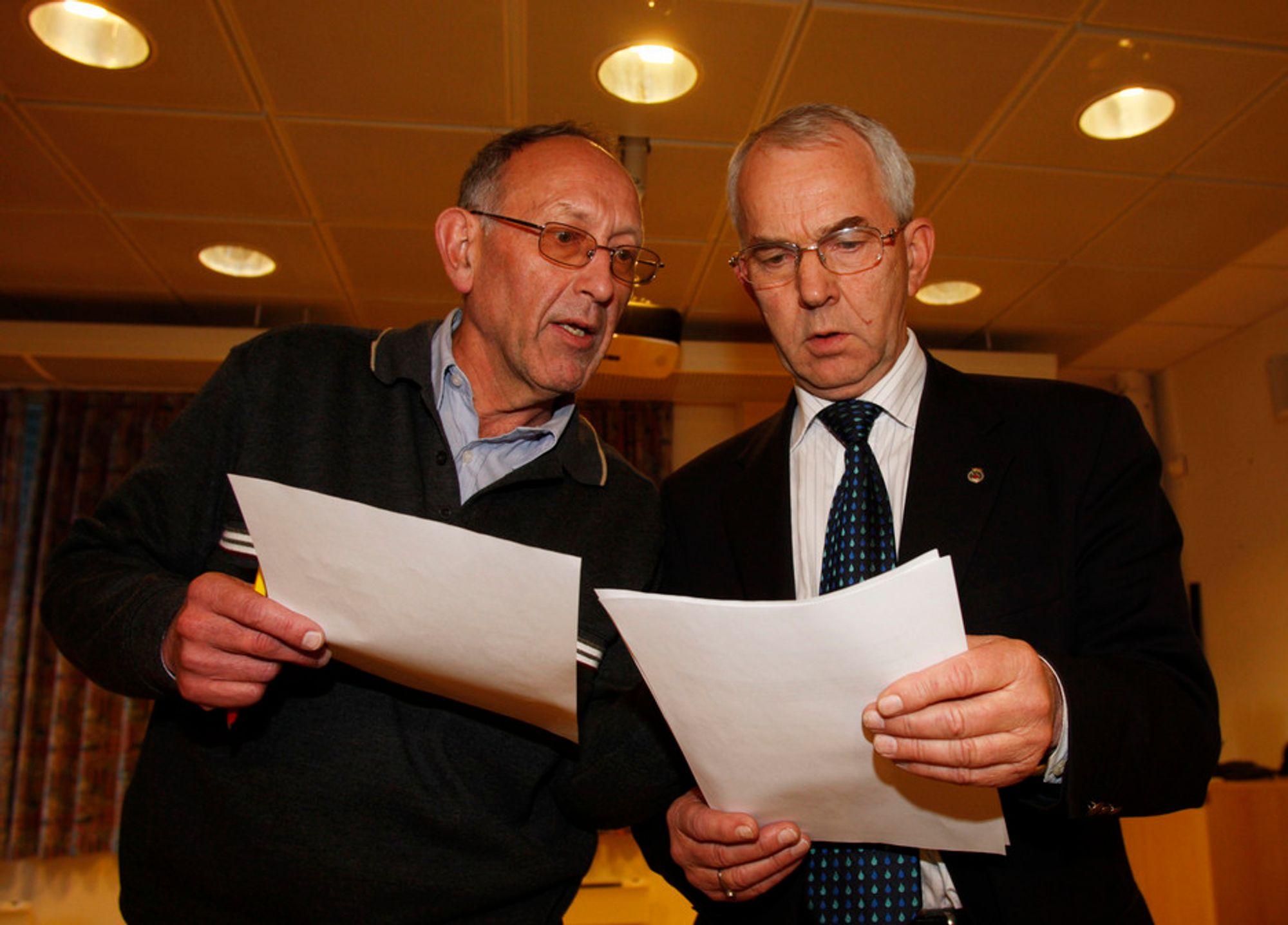 Seksjonsleder for vannmiljø ,Nils Saltveit, og direktør Finn Johansen i Vann- og avløpsetaten i Oslo kommune ( til høyre) viser torsdag frem de syv første prøvene som er analysert . Ingen av prøvene inneholdt giardia-bakterien.